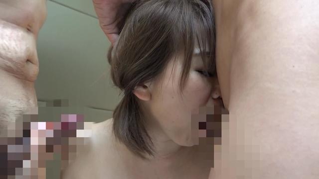 個人撮影で黒髪JKちゃんのトイレで援交で制服着衣ハメ撮り